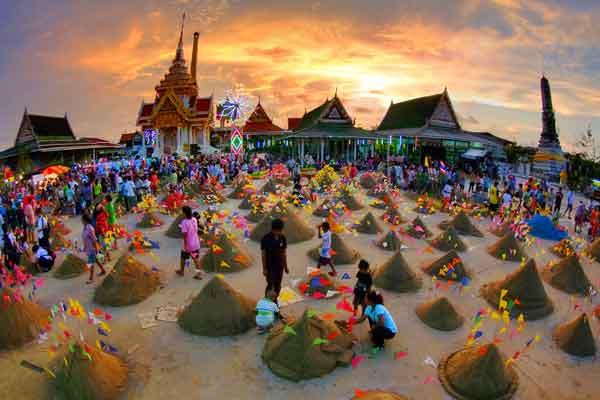 ขนทรายเข้าวัด/kǒn saai kâo wát
